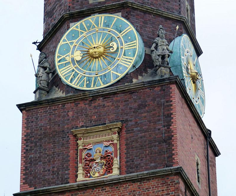 Часы на башне Старой ратуши во Вроцлаве 800